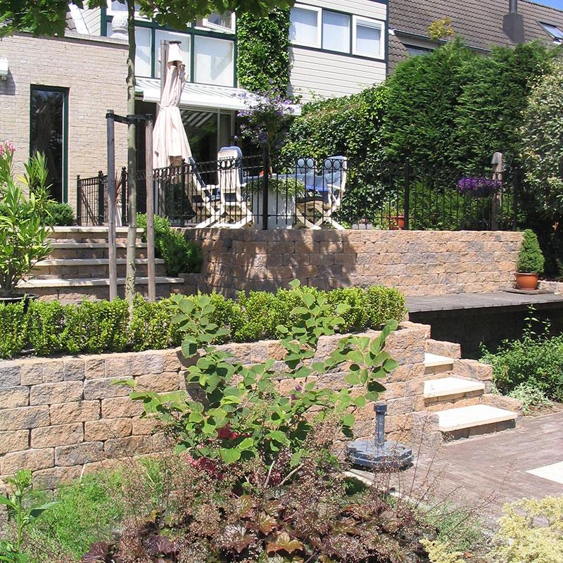 Voortuin met cortenstaal en achtertuin met hoogte verschillen aan het water